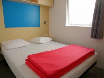 Camping les Grissotières hébergement en mobil-home chambre avec un lit 140/190