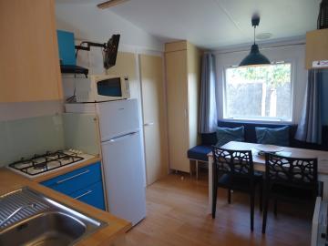 Camping les Grissotières location mobil-home Jhon-Fenn  coin repas