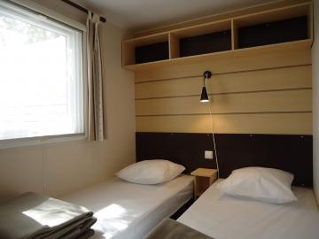 Camping les Grissotières location Mobil home chambre 2 deux lits 80/190
