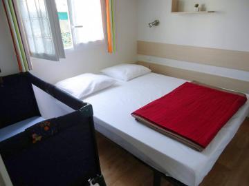 Camping les Grissotières Mobil home Francis Drake chambre 1 un lit 140/190 + lit bébé