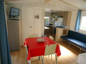 Camping les Grissotières location Mobil home Francis Drake salle à manger